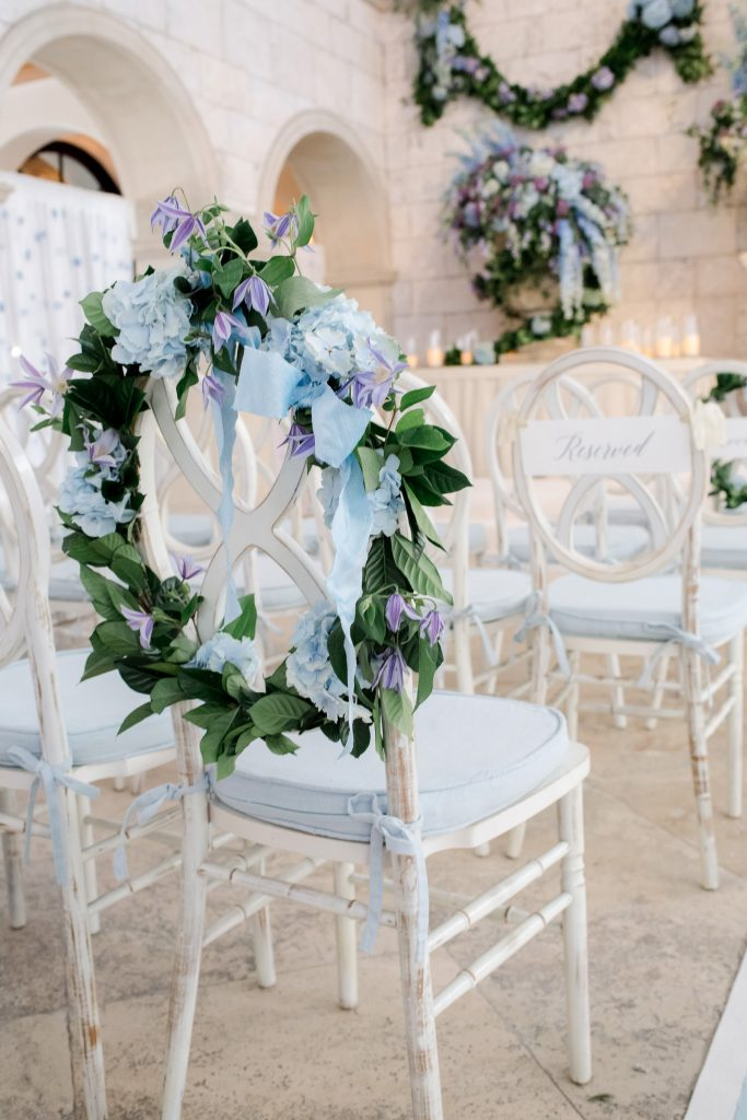 Blue flower decor at The Cloister wedding ceremony at this Sea Island wedding weekend in Georgia, USA | Photo by Liz Banfield