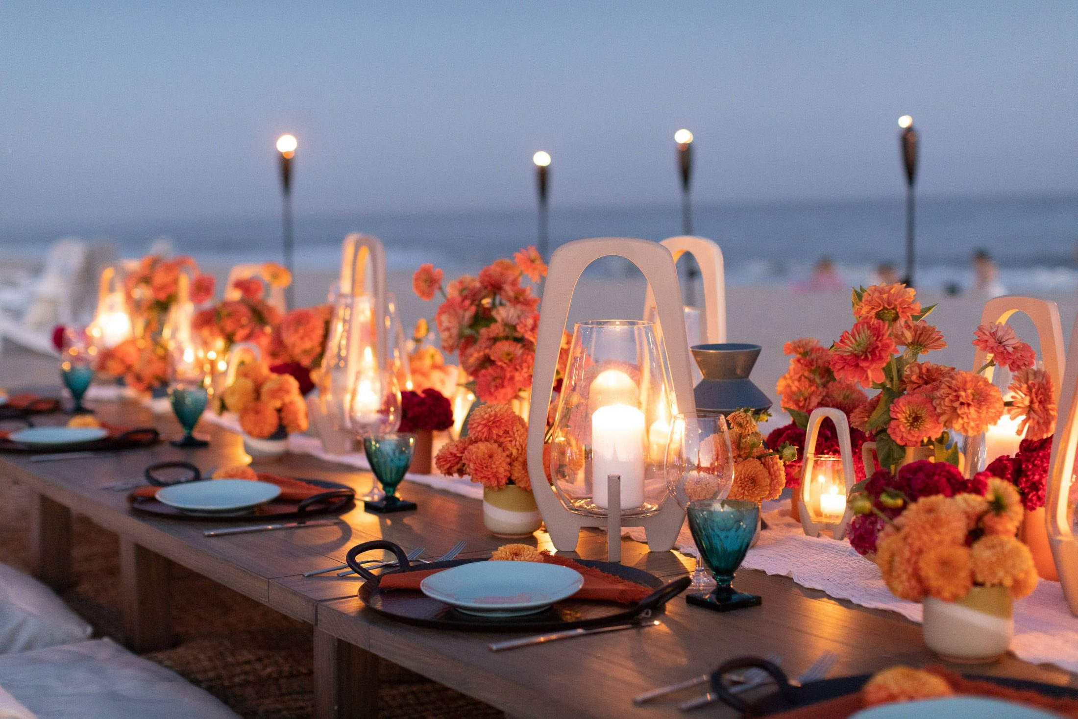 Night falling table set-up at 40th birthday dinner on the beach in Southampton | Photo by Luis Zepeda